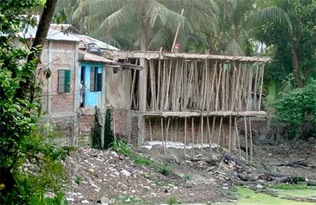 কমলনগরে খাল দখল করে ভবন নির্মাণ করছে মহিলা ভাইস চেয়ারম্যান